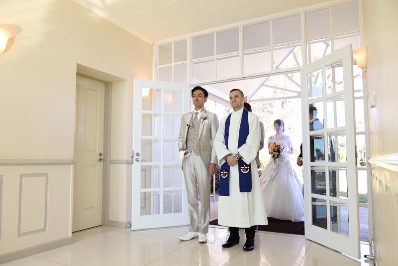新郎と牧師、続いて新婦とお父さんが入場