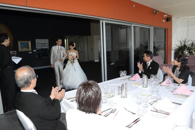パーティ会場はレストラン「パノラマ」。先に到着していた家族に出迎えられる新郎新婦