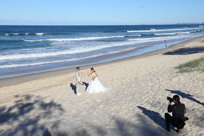 新郎新婦のために貸し切ったかのように広くビーチを使えるフォトツアー。現場を知り尽くしたワタベウェディングのカメラマンが最高の写真を残してくれる
