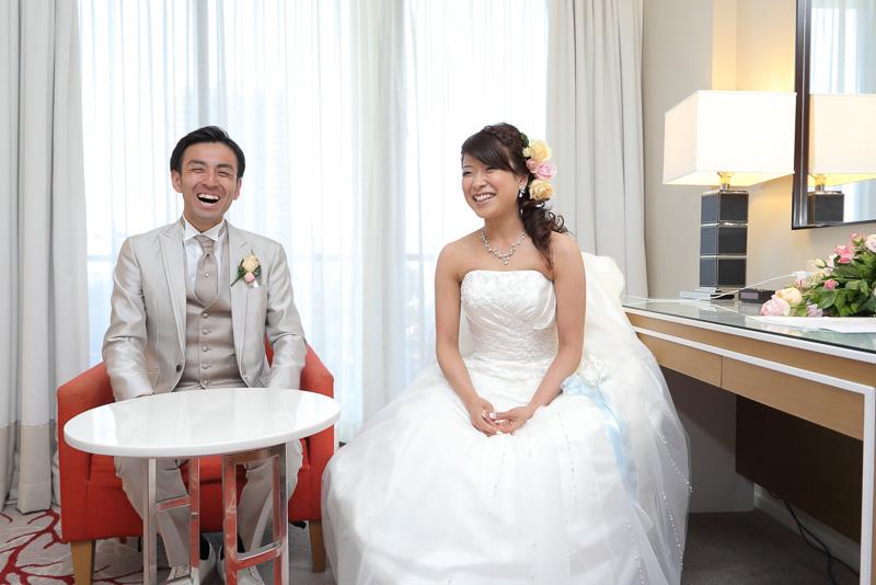 挙式を終えてインタビューに応える翔一さんと香緒里さん