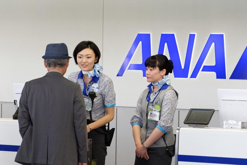 1番便は7時35分発のANA/IBEXのコードシェア便とJAL便。1番便の搭乗手続きをする人々
