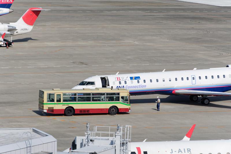 1番便のIBEX82便に送迎バスが乗り付けている