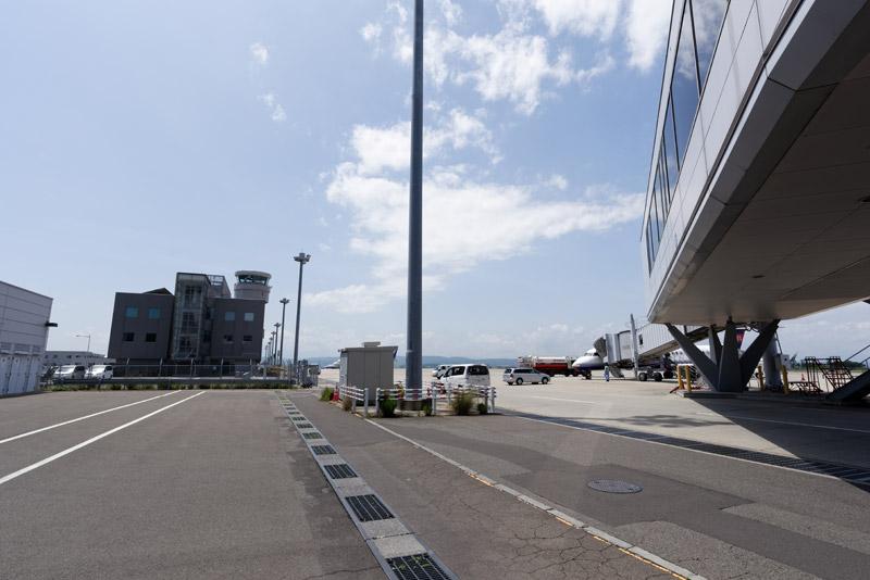 ピア棟やエプロンゲートの設置が計画されている現在のエプロンの様子。写真に見えている管制塔の前までエプロンルーフは延びることになる