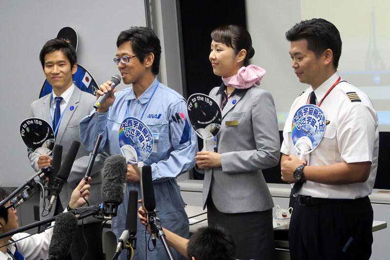 右から、パイロットの手塚ありおさん、CA(客室乗務員)の従野恭句(よりのきょうこ)さん、整備士の山岸和磨さん、地上係員(パイロット訓練生)の桐生聡太さん
