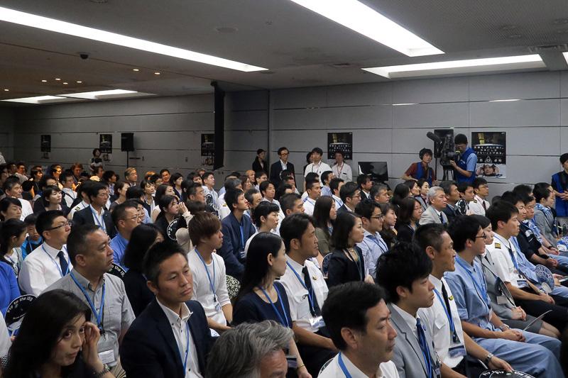 会場となった羽田空港内のANA講堂には、約200名の従業員が集まり、ソユーズ打ち上げの瞬間を見守った