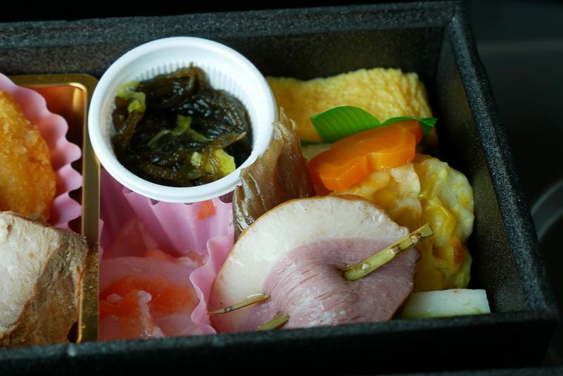 「じゅんさい入りもずく酢」や「イカと鮭の麹漬」「合鴨スモーク串」など、懐石料理らしい料理が並ぶ