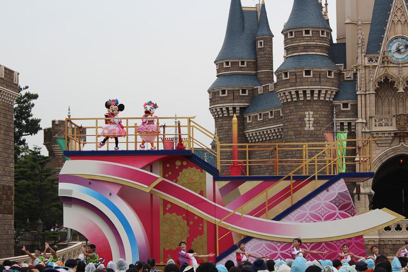 ミニーマウスとデイジーダックが乗る「華」のフロート