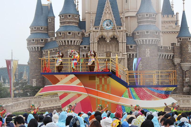 フロートがパレードルートに移動し、シンデレラ城前では「彩」のフロートが演舞
