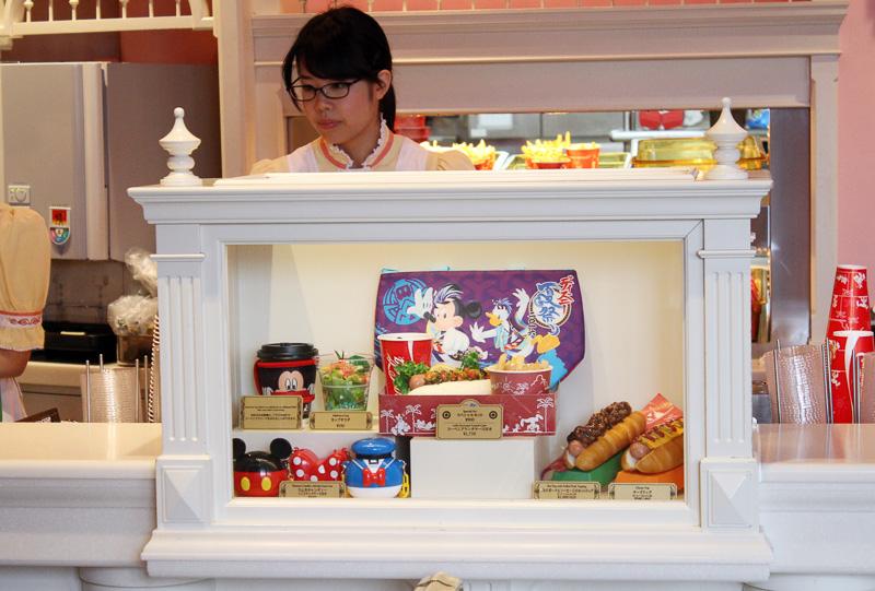 ホットドッグ専門店。クラシックな雰囲気の店内と屋外のパラソル下で食べられる