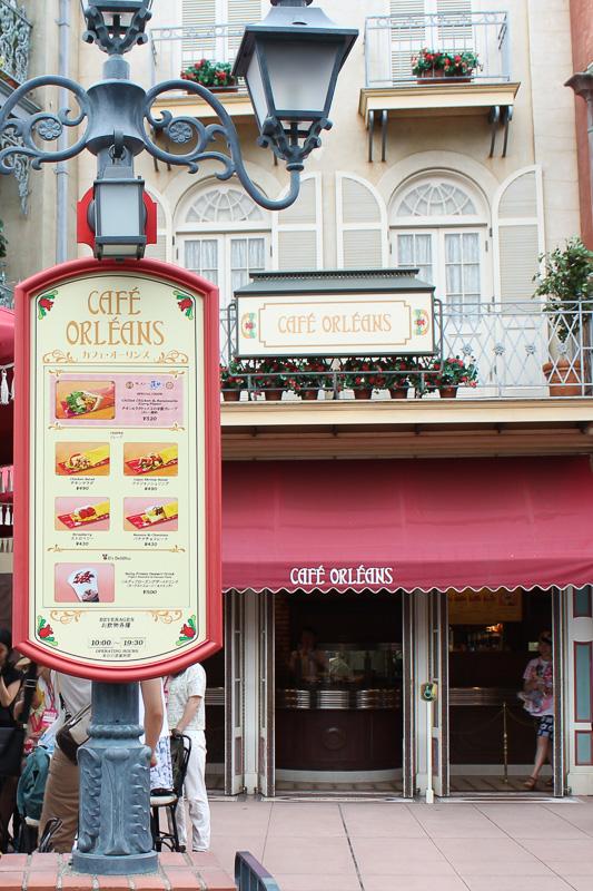 「カフェ・オーリンズ」はクラシックな街角に建つ