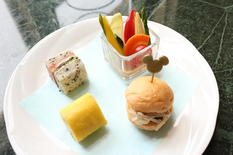 写真左上から時計回りに「スモークサーモンのサンドウィッチ」「彩り野菜のサラダ もろみ味噌ソース」「チキンとゴボウのサンドウィッチ」「タマゴと野菜のロールサンドウィッチ」
