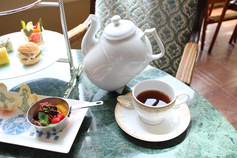 紅茶のポットは独特の形で、茶葉の蒸らしを調整できる