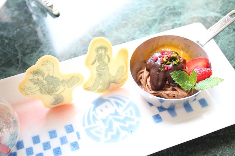 屋台の焼きそばをイメージしたフォルムの「チョコレートとマロンクリームのモンブラン」と、ドナルドとプルートが描かれたラングドシャ