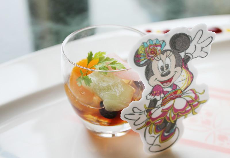「みつ豆」にミニーマウスが描かれたパスティヤージュが添えられている
