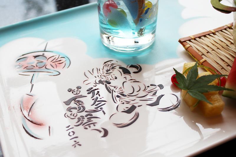 チョコレートやカカオパウダーで見事に描かれたディズニー夏祭りの絵柄