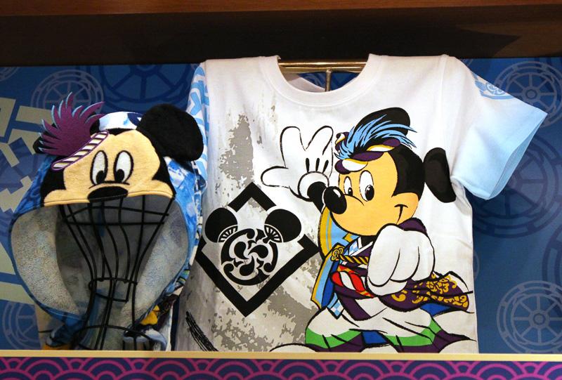 写真左「ヘッドタオル」(1600円)、右は「Tシャツ」(1900円~2900円)