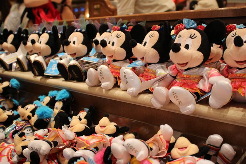 彩涼華舞の衣装を着たミッキーマウスとミニーマウスの「ぬいぐるみ」(各2800円)