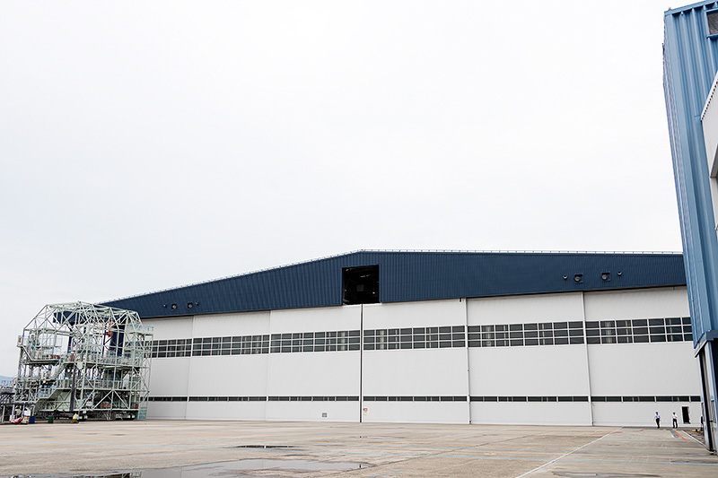 伊丹空港に隣接するMRO Japanのハンガーで塗装作業が行われた