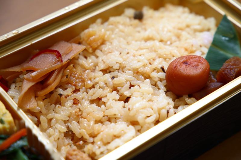 鮎の炊き込みご飯はちょっぴり薄めの味付け