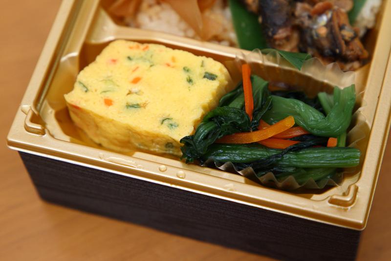 ネギと人参の彩りも楽しい卵焼きはかなり甘め。ちょっとデザート的。写真右は小松菜です