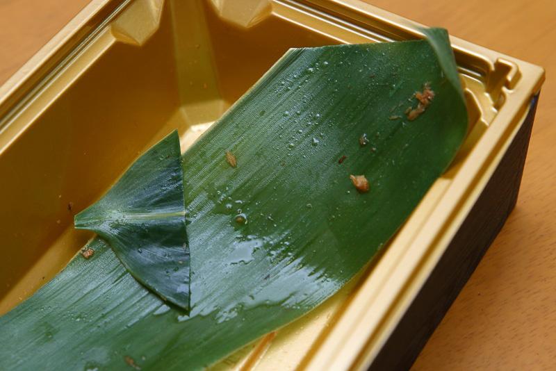 炊き込みご飯と鮎のうま煮の仕切りは笹の葉。その香りを楽しむという程ではありませんでしたが、ビニール製などではないのも満足感をアップしてくれます