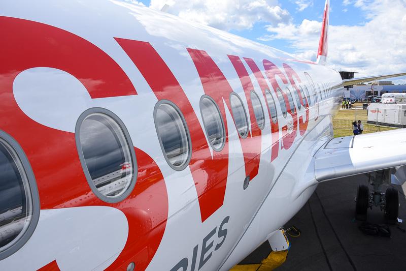 飛行テスト機だが、ローンチカスタマーのスイス インターナショナル エアラインズの塗装が施されている。量産初号機も6月に納入済み