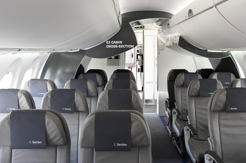 最後列はエンブラエル E2シリーズの客室の形状を模したコーナーを設置。CS100は、1席分の横幅と頭上が広いことをアピールしている