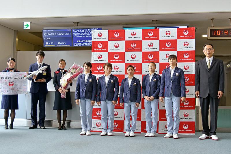 体操女子日本代表選手団の選手5名と塩山勝監督代行