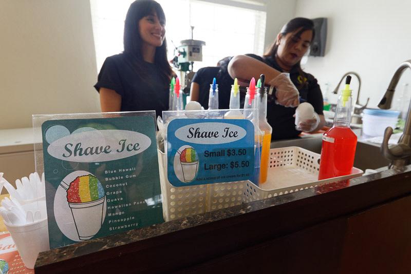 出発地点ではかき氷を販売している。フレーバーはブルーハワイ、バブルガム(風船ガム風味)、ココナッツ、グレープ、グァバ、マンゴー、パイナップル、ストロベリーなど10種。スモールが3.5ドル(約380円)、ラージが5.5ドル(約590円)