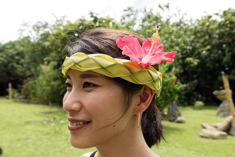 リバークルーズの参加者にはヤシの葉で作られた頭飾りがプレゼントされる