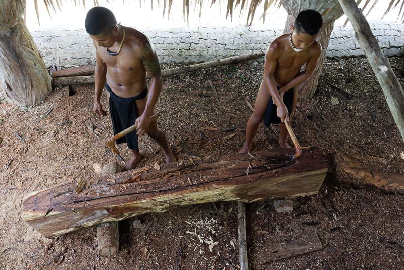 施設の中ではカヌー作りが進められていた