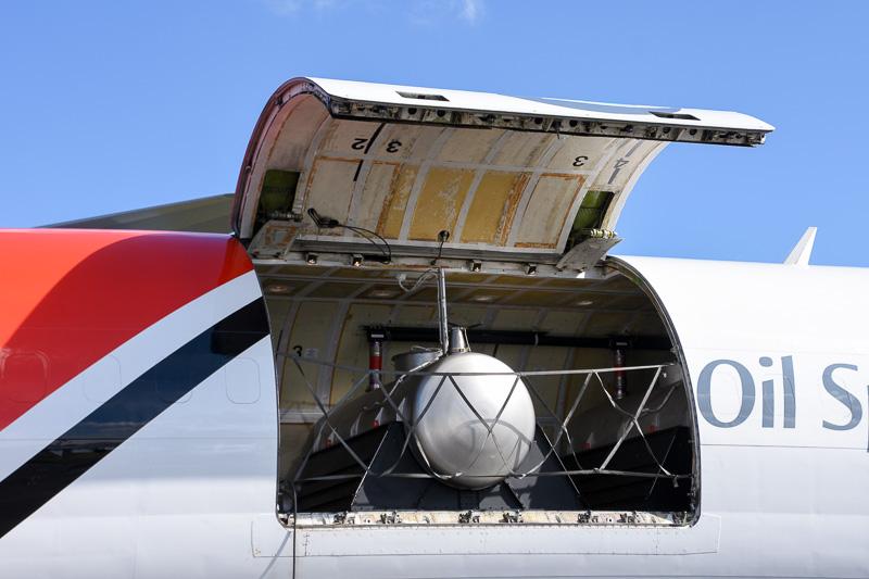 機内は貨物仕様。タンクが見える