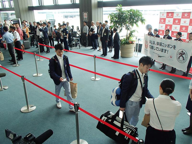 成田空港 第2旅客ターミナル 62番搭乗ゲートへと進む、活躍を期待された選手たち