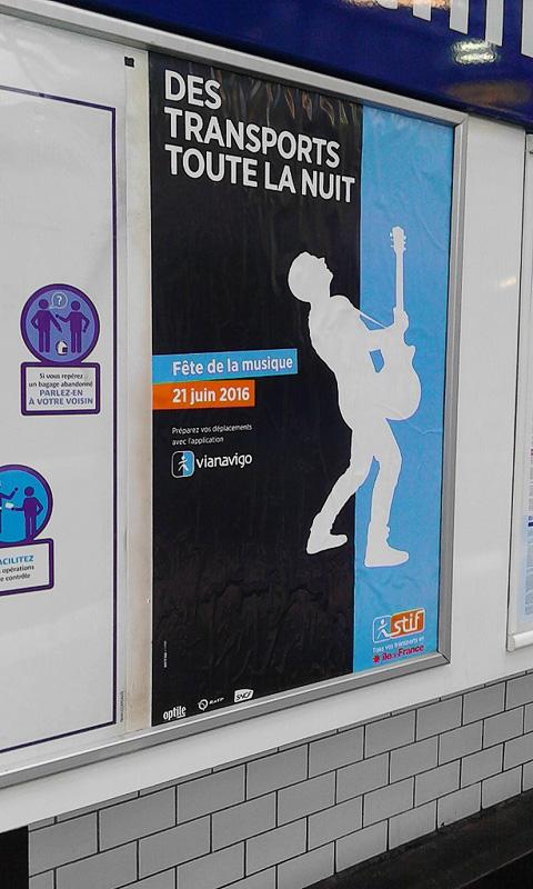 この日は公共交通機関も終夜動いていることを伝えるポスター