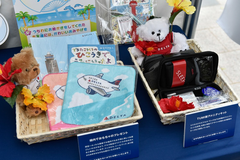 機内で配られる子供向けのおもちゃやアメニティキットが展示されていた