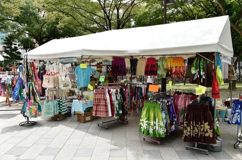 会場にはクロージングショップが並び、アロハシャツや女性用のチュニックなどが販売されている