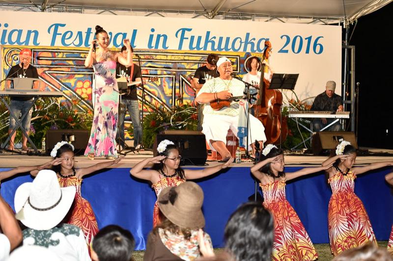 大相撲元大関の、KONISHIKI氏もバンドを従えてライブ。妻の小錦知恵氏もボーカルで参加していた