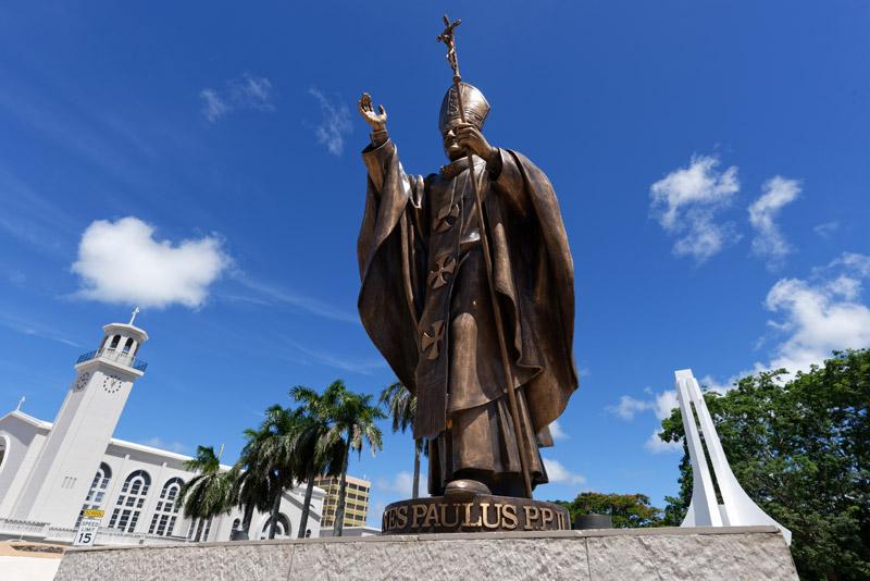 グアム・ミュージアムの前に立つ、ローマ教皇のヨハネ・パウロ2世像。1981年にグアムを訪れたことを記念して建てられた