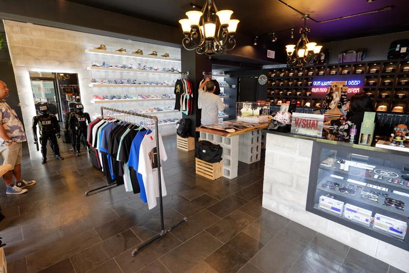 ハガニア地区に2月にオープンした、グアム発のファッションブランド「CROWNS」のストリートレーベル「CLANS」のストア。タモン地区には本店がある