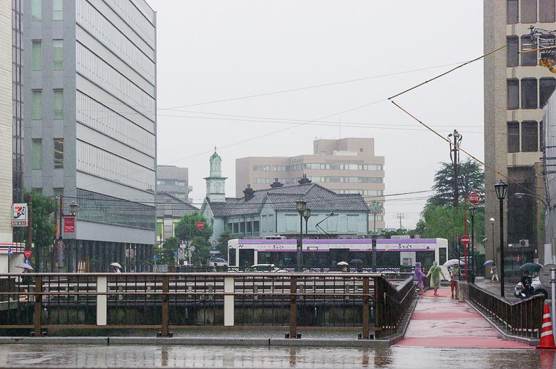雨の長崎新地。奥に見える洋館は出島和蘭商館跡。かつて出島だった場所だ