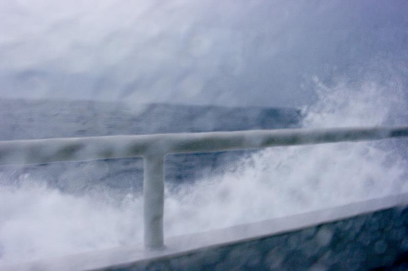 荒っぽい写真で恐縮だが、船の窓から見える景色はこのようにスペクタクルだ