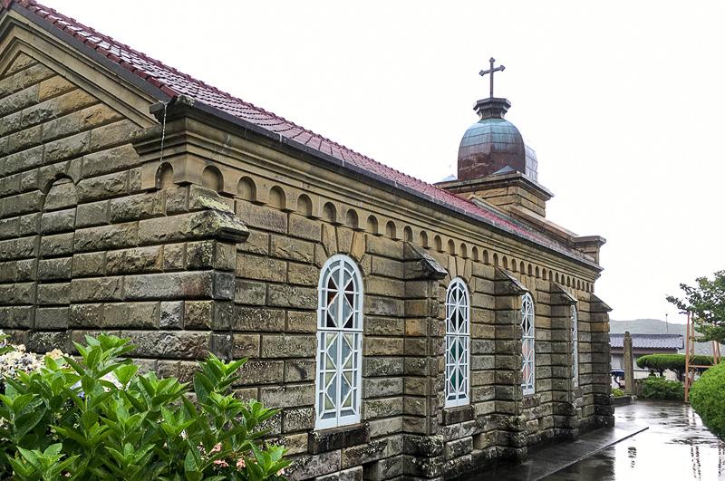 頭ヶ島天主堂の側面。全体的に古い西洋建築の意匠が取り入れられている
