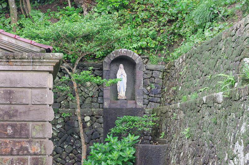 天主堂の脇には、堂内のマリア像とはまた別に島の聖母像が祀られている