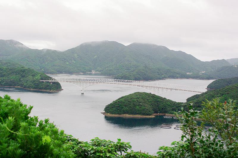 宿に行く前に立ち寄った若松島の龍観山展望所からの眺め。白い橋は中通島と若松島をつなぐ若松大橋