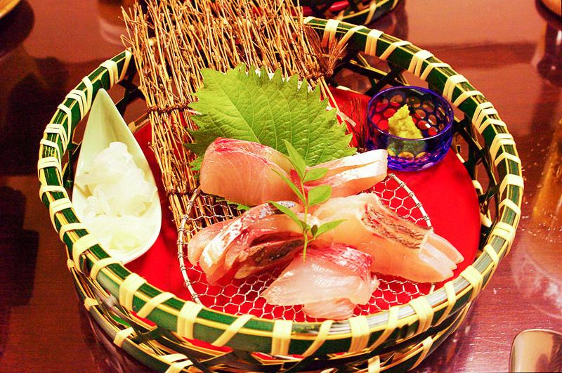 カンパチ、タイ、イサキ、アジ、ミズイカと地元の魚介類の刺身盛り合わせ