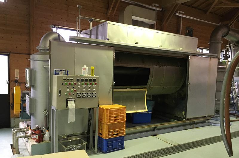 機械で米を蒸して冷却し、麹菌を培養。その後、酵母菌を加えて培養して一次もろみを作成