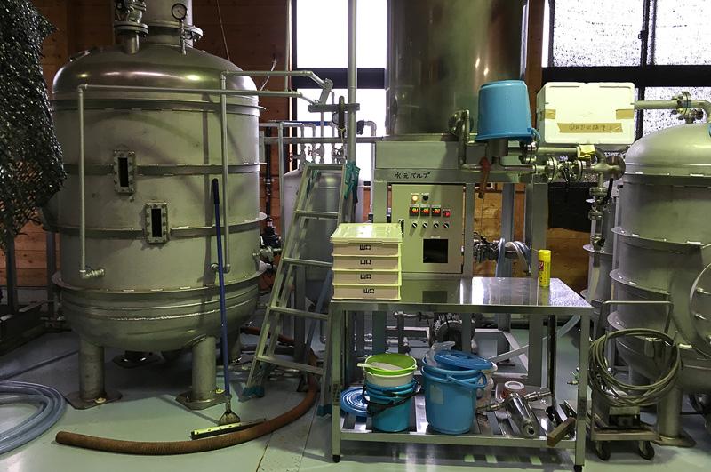 蒸留機では、もろみに蒸気を加えて加熱し沸騰させることで、焼酎の元となる蒸気を取り出す