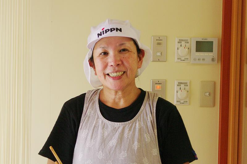 船崎うどん伝承館で作り方の指導を行なっている西﨑美恵さん