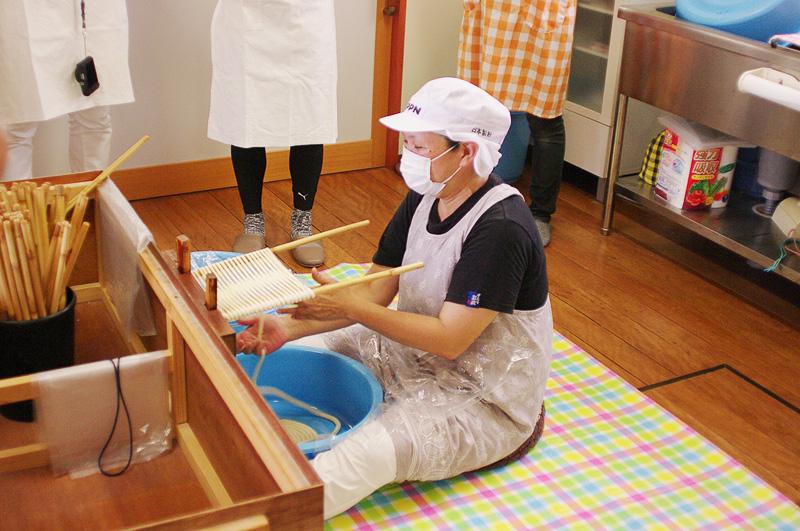 まず西﨑さんが「かけば作業」を実演