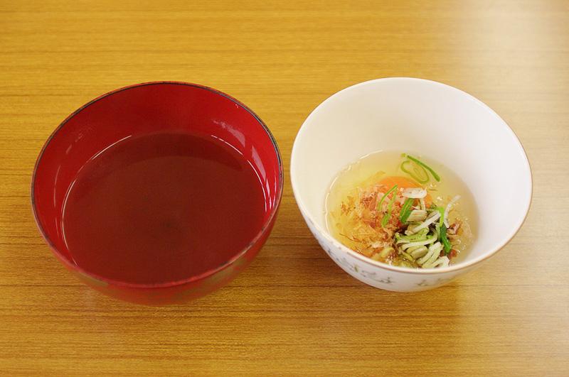 トビウオから取った出汁、いわゆるアゴ出汁とネギなどを入れた溶き卵で食べる